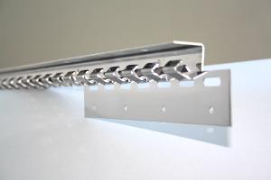 Befestigungsschiene für Streifenvorhang, vorgebohrt für Wand- oder Deckenbefestigung.